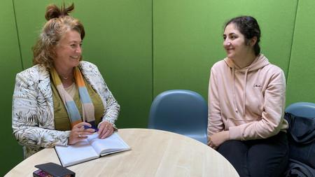 Projektleder for Projekt Morfar taler med Dilan, her ses de på Sprogcenter Vejle